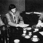 Automaalaamosopimus allekirjoitusvaiheessa 3.10.1986. Keskellä puheenjohtaja Matti Mäkelä, oik. VAT:n pj. Tuomo Mäkelä ja vas. toiminnanjohtaja Raimo Kolu.