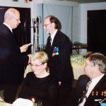 Puheenjohtaja Pekka Kaarilahti onnitteli eläkkeelle jäänyttä toiminnanjohtaja Pekka Kolua hänen 70-vuotispäivänään 11.5.2003.