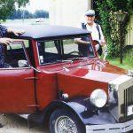 Tällä itserakentamalla URKKI-autollaan Jaakko Jukka kierteli valtakuntaa jäsenhankintamatkoillaan. Rauni Salmelaa tapaamassa Hartolassa. Vas. Jaakko Jukka ja vieressä Veikko Raitanen.