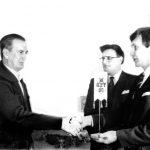 AAKL:n oman toimiston avajaiset 7.3.1984 Pakilassa. Vas. Moottorikorjaamoiden yhdistyksen puhjoht. Raimo Oravasaari onnittelemassa. Rauni Salmela ja Matti Mäkelä.